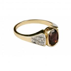 Arystokratyczny pierścionek z dużym rubinem.