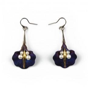Wiszące, niebieskie kolczyki kwiaty z tytanu, z perłami, srebrem i złoceniem.