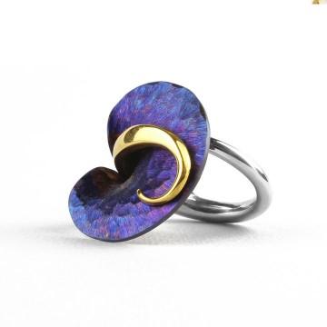 Zjawiskowy pierścionek z tytanu i srebra, ze złoceniem, w intensywnej kolorystyce granatu.