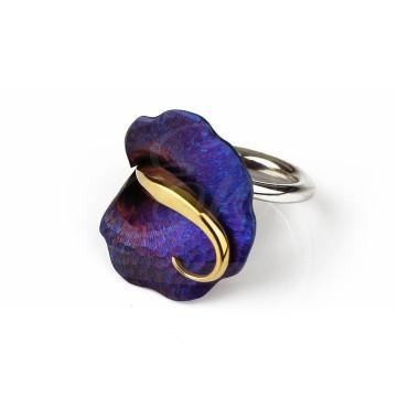 Wyrazisty pierścionek tytanowy w granatowym kolorze. Oryginalny kształt kwiatu.