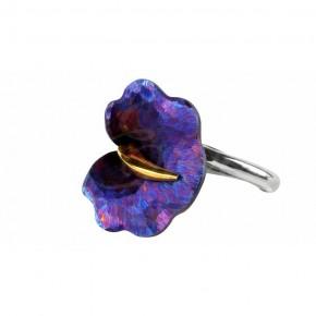 Kobiecy i elegancki pierścionek w kształcie kwiatu. Tytan i srebro, zdobione subtelnym złoceniem.
