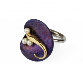 Stylowy pierścionek w kształcie kalii, wykonany z tytanu i srebra, zdobiony perłami.