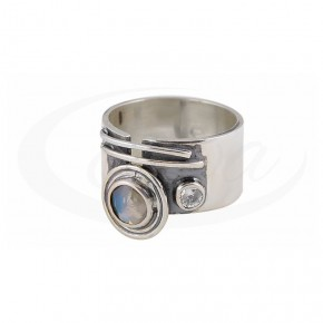 Ekstrawagancki pierścionek z naturalnym rubinem w oksydowanym srebrze.