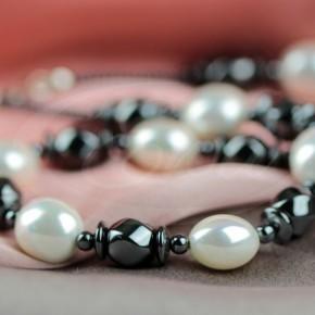 Owalne perły w naszyjniku, z hermatytem o różnym kształcie