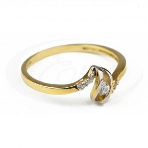 Złoty pierścionek w nowoczesnym wzorze.